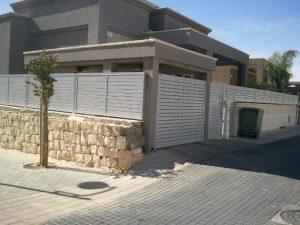 גדרות אלומיניום לבית פרטי עם חומה